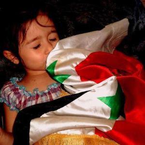 Une fillette syrienne embrassant son drapeau