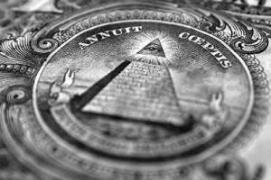 La pyramide  de l'oeil qui voit tout...à l'arrière des billets de banque américain:un signe Illuminati de puissance.