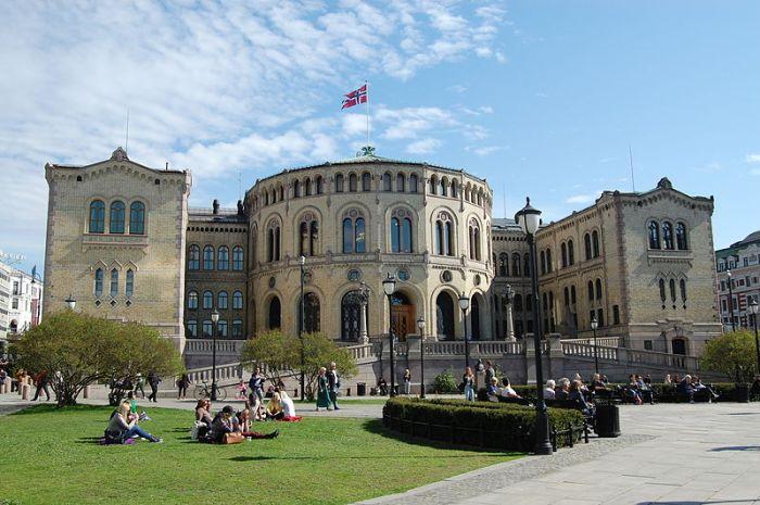 800px-Oslo_-_Parliament_(14131199086)