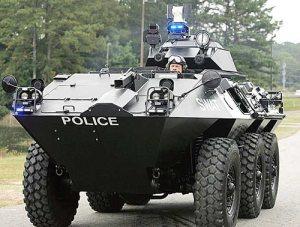 Les forces de police américaines tendent à acquérir de plus en plus d'équipements militaires comme ce véhicule blindé
